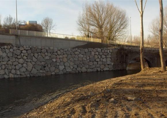 Nuevo muro de contención junto al rio Arga, en el paraje de Dorraburu en Huarte